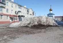 Снег с площади не вывозят - теперь уж и сам растает